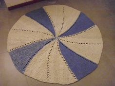 1,2 kg handgesponnene aber kratzige Schafwolle mit Nadelstärke 8 zu einem Teppich verstrickt