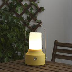 Uma lanterna que não precisa de cabos ou fichas, poupa energia e vence na personalidade.
