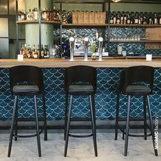 The fine Restaurant Langoest located in Rotterdam chose to decorate their bar with our in fish scale shape. Deco Restaurant, Restaurant Interior Design, Kitchen Interior, Bar Interior, Pub Design, Design Studio, Brewery Design, Mural Cafe, Bar Tile