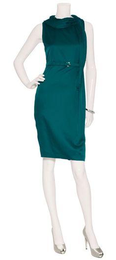 Outfit #7 Vestido de seda con cinto color esmeralda Salvatore Ferragamo, pequeña pulsera plateada en rhodium de Alexis Bittar, zapatos de plataforma en satín plateado de Salvatore Ferragamo.