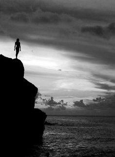 """""""Tenho pensamentos que, se pudesse revelá-los e fazê-los viver, acrescentariam nova luminosidade às estrelas, nova beleza ao mundo e maior amor ao coração dos homens.""""    .Fernando Pessoa."""