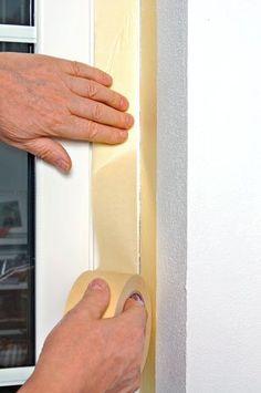 Se si apre una fessura tra serramento e muro si deve ricorrere al silicone, meglio quello neutro, inodore e che non intacca i materiali.