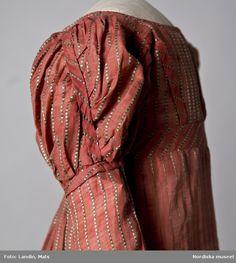 Digitalt Museum - Klänning av rosafärgat siden med ränder i grått och grönt silke. 1820-tal. Nordiska museet inv nr 201502.