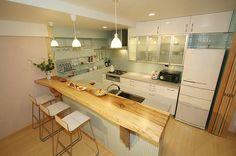 IKEAのリノベーションキッチンに鎮座するのは、大胆に配した栃の木の一枚板。直線的なキッチンに、耳付き一枚板の野性味あるカウンターがインパクト抜群です。 One Wall Kitchen, Kitchen Living, Diy Kitchen, Kitchen Interior, Home Interior Design, Kitchen Design, Korean Apartment Interior, Simple House Design, Cuisines Design