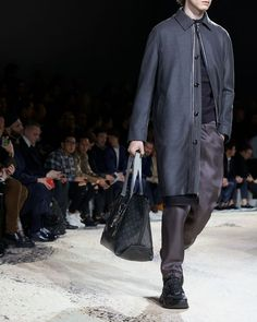 A look from the Louis Vuitton Fall-Winter 2018 Fashion Show by Kim Jones. See all the looks now at louisvuitton.com. Fashion Show, Mens Fashion, Fashion Trends, Winter 2018 Fashion, Man Up, Mens Fall, Winter Trends, Louis Vuitton Handbags, Fall Winter