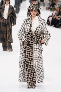 Chanel Fall Winter fashion show at Paris Fashion Week (March Ready-To-Wear collection PFW Chanel Fashion Show, Pop Fashion, Runway Fashion, High Fashion, Winter Fashion, Fashion Outfits, Fashion Design, Fashion Trends, Bridal Fashion