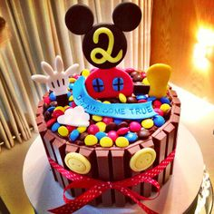 Mickey Mouse Kit Kat Cake! Baby Mickey Cake, Bolo Do Mickey Mouse, Festa Mickey Baby, Theme Mickey, Mickey Cakes, Minnie Mouse Cake, Mickey Party, Mickey Mouse Birthday, Candy Cakes