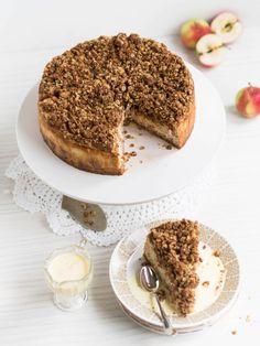Mehevä Uuniomenajuustokakku Kauramurulla on aivan törken herkullista. Mieti mitä tapahtuu kun yhdistät omenakaurapaistoksen ja kinuskisen juustokakun!