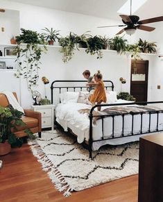 44 Incredible Apartment Bedroom Plants Ideas in 2019 Apartment Bedroom Plants Ideas Find More Inspirations on my website. The post 44 Incredible Apartment Bedroom Plants Ideas in 2019 appeared first on Welcome! Room Ideas Bedroom, Small Room Bedroom, Master Bedroom Design, Bedroom Inspo, Home Decor Bedroom, Small Rooms, Bedroom Plants Decor, Wall Decor, Master Bedrooms