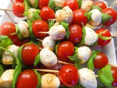 Paradajky s mozarellou a balzamikovým octom a korenie ... www.vinopredaj.sk  #mozarella #paradajky #ocot #vinegar #balzamikovy #jedlo #dobrejedlo #bazalka