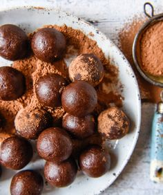 Healthy Chocolate Brownie Bliss Balls with Thermomix Instructions. Simple, delicious and free from gluten, grains, dairy, egg and refined sugar. Chocolate Protein Balls, Healthy Chocolate, Chocolate Brownies, Almond Recipes, Raw Food Recipes, Thermomix Recipes Healthy, Desert Recipes, Healthy Brownies, Bliss Balls