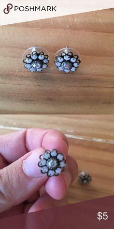 Flower stud earrings Pretty stud earrings in excellent condition. Jewelry Earrings
