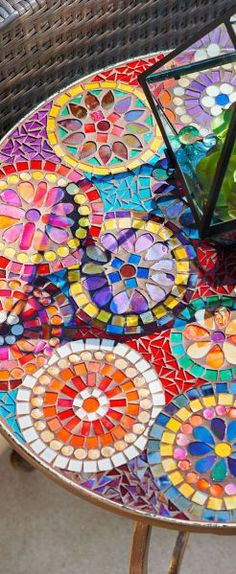 Gorgeous and bright mosaic table Gorgeous and bright mosaic table - 25 Lovely Diy Mosaic Table Concept<br> Mosaic Glass, Mosaic Tiles, Stained Glass, Glass Art, Mosaic Madness, Mosaic Crafts, Mosaic Projects, Free Mosaic Patterns, Mosaic Furniture