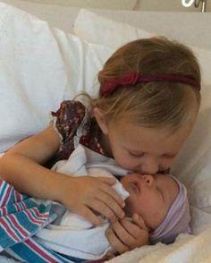 Nein, wie süß! Alec und HilariaBaldwin sind zum dritten Mal Eltern geworden. Hier knutscht Tochter Carmen, die 2013 geboren wurde, Nesthäkchen Leonardo Angel Charles Baldwin, wie der Kleine heißt. Das ist wahre Geschwisterliebe.