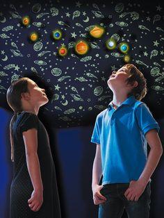 Maxi-Set 3D Decken Sonnensystem leuchten im Dunkeln   Es enthält 145 im Dunkeln leuchtende Formen aus Kunststoff und über 510 aus leuchtendem Papier. Mit der transparenten Schnur lassen sich die Planeten an der Decke aufhängen - großartig das Universum im Zimmer mit den acht Planeten unseres Sonnensystems sowie dem Zwergplaneten Pluto.     Mit Hilfe der Formen lässt sich ein strahlender Hintergrund mit Sternbildern, Schwarzen Löchern und wirbelnden Galaxien um die Planeten herum gestalten.