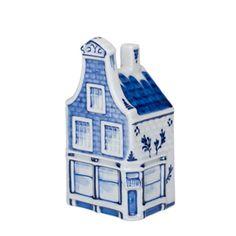 Hoekhuis Markt 57 – Huis met de bijbel. De voorgevel is geheel 18e eeuws. De bekroning van een klokgevel is in Lodewijk XIV stijl. De rest is 16/17e eeuws (de pui is weer van latere datum). De verf waarmee de schilders schilderen bevat een speciaal ingrediënt, namelijk kobaltoxide. Dit zorgt ervoor dat er een chemische reactie plaatsvindt tijdens het bakproces. De transformatie van zwart naar blauw vindt dus in de oven plaats. De verschillende tinten blauw worden gemaakt door de zwarte verf…