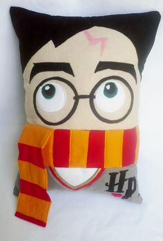 Os que amam Harry Potter vão amar ainda mais...  Linda almofada decorativa confeccionada em tecido e feltro, enchimento com manta acrílica antialérgica que não murcha!!!  Acabamento impecável    Medidas:  Largura 33cm  Altura 43cm