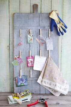 Idee om te onthouden: schroef houten knijpers op een oude snijplank – die je hebt geschilderd in brocantestijl (verven en licht opschuren) – en je hebt een eenvoudig maar o zo leuk klembord voor bloemenzaadzakjes, plantenlabels, lintjes en ander moois.