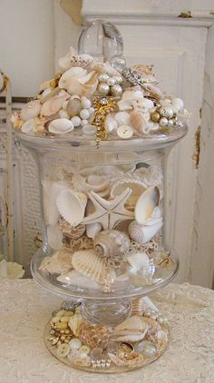 glass jar decorated with shells, old jewels, laces, etc Seashell Art, Seashell Crafts, Beach Crafts, Diy Crafts, Starfish, Shell Display, Seashell Projects, Shell Decorations, Apothecary Jars
