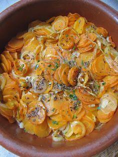 CAROTTES CONFITES Éplucher et émincer finement 4 belles carottes et 1 oignon, écraser 1 gousse d'ail. Disposer dans un plat à gratin avec 1 cs d'huile et assaisonner (sel, poivre, origan). Mouiller avec 10 cl d'eau et précuire 5 bonnes minutes au micro-ondes pour attendrir les carottes. Enfourner ensuite à 180° pendant 30 min. Saupoudrer de persil.
