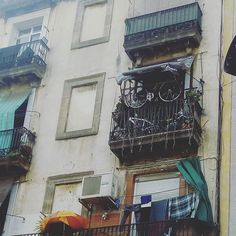 No sé si pedirles que me guarden la bici  #raval #ciutatvella #barcelona #bcn #balcones #streetphotography #urbanphotography #fotografia #photography #followforfollow