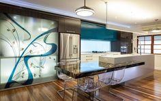 hermosa cocina moderna color turquesa moderna con detalles artísticos en el armario.