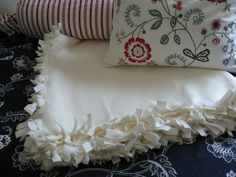 Learn how to make a no-sew, fringed fleece blanket for your kid's dorm room. This easy fleece blanket DIY project can be completed in 4 steps.: How to Make a Cozy Fleece Blanket for a Dorm RoomHow to Cut the FringeHow to Tie the Knots No Sew Fleece Blanket, Weighted Blanket, Fleece Throw, Fleece Blankets, Diy Blankets, Sewing Projects, Diy Projects, Sewing Ideas, Up House