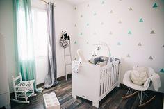 Une chambre bébé avec des stickers triangles bleu menthe et gris