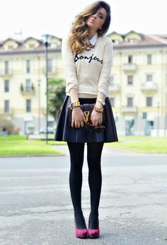 Saia pregueada, meia calça e sapato colorido.