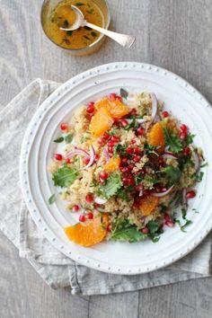 Värikäs tabboulehsalaatti syntyy talvisesongin parhaista hedelmistä. Ruokaisan salaatin pohja on terveellinen kvinoa, joka maustetaan mandariinivinaigrettella. Viimeistele salaatti mandariinipaloilla ja granaattiomenansiemenillä!