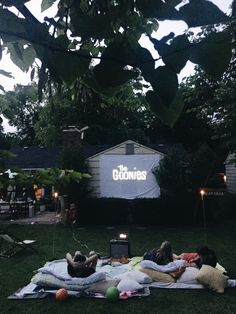 20 Cool backyard movie theaters for outdoor entertaining 20 Cool backyard movie theaters for outdoor entertaining – Heimkino Systemdienste Backyard Movie Night Party, Outdoor Movie Party, Backyard Movie Theaters, Movie Night Snacks, Outdoor Movie Nights, Family Movie Night, Halloween Movie Night, Halloween Parties, Halloween 2020