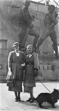 Zsa Zsa Gabor İnşa Halindeki Güven Anıtı Önünde - 1935.