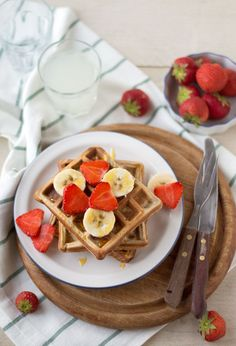 Delicious healthy waffles made with oatmeal (recipe in Dutch) Healthy Waffles, Healthy Cake, Healthy Dishes, Healthy Baking, Healthy Snacks, Brunch Recipes, Breakfast Recipes, Snack Recipes, Tzatziki
