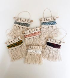 Newest Cost-Free mini Macrame Wall Hanging Ideas Macrame has returned in mode! If the design is usually sometimes somewhat boho, a macrame wall hangi wall hanging Macrame Wall Hanging Diy, Macrame Art, Macrame Knots, Weaving Projects, Macrame Projects, Diy Crafts To Do, Macrame Tutorial, Boho Diy, Crafty Craft