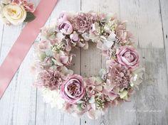 シャビーな色が特徴の花々を集めてリースにしましたリボンなどの副素材は使わず、お花のみのリースにしたので迫力あります全てアーティフィシャルフラワーを使用してます玄関を明るく飾ってくれるので、贈り物にも最適です【サイズ】直径約23センチ程度【使用花材・資材】あじさい・ローズ・カーネーションなど【その他】手作り品です。ノークレーム・ノーリターンでお願いいたします。アーティフィシャルフラワー(上質な造花)を使用しております。作品作りの際には十分に注意を払っておりますが、性質上花びらに小さな糸が出ている場合がございます。その際はお手持ちのはさみでカットしていただければ問題なくご使用いただけます。ご了承ください。無理に引っ張ると破損する可能性がありますのでご注意ください。ラッピングはリースボックスに入れてのご用意となります。他店でも販売しておりますので、行き違いの場合はご容赦ください。