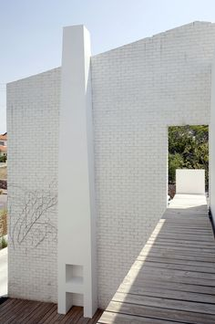 The minimalist house designed by Sharon Neuman & Oded Stern Meiraz combines brick walls with glass walls in order to get an iconic and interesting project.