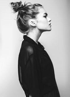 Chemise noire semi-translucide + chignon haut coiffé/décoiffé = le bon duo
