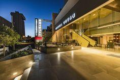"""Aunque el presupuesto y el tiempo se concentraran de manera limitada, la ejecución de alta calidad y el cuidado de los detalles, consiguió que la reconocida firma arquitectónica """"ELIAS ELIAS AR"""" haya sido la ganadora del Premio de Interiorismo Mexicano PRISMA 2016 en la categoría Hotel con su proyecto Krystal Urban Guadalajara. http://www.podiomx.com/2016/07/de-portada-krystal-urban-guadalajara-un.html"""