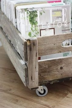 DIY for magazines: Old box and Ikea wheels. Fantastic IDEA I seriously need to find some old crates Pallet Crates, Old Crates, Wooden Crates, Pallet Wood, Wooden Boxes, Diy Casa, Ideas Para Organizar, Creation Deco, Old Boxes