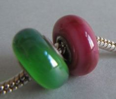 passend für alle gängigen Sammelarmbänder: *2 Lampwork - Modulperlen* mit ca 4,5mm Loch, das mit 925er- Silbereinsätzen verziert wurde.  Die grüne Per