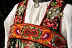 Hallingbunad sydd av Anne Bakka (1834-1904) Gol   Vibekes bunadside Armenia, Folk Costume, Costumes, Folk Clothing, Antique Photos, Vera Bradley Backpack, Traditional Dresses, Norway, Embroidery