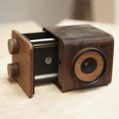 Pinhole camera handcrafted, made by nopo with walnut and cherry wood, All formats available for film photography. Pinhole Camera, Toy Camera, Camera Gear, Best Camera, Antique Cameras, Vintage Cameras, Camera Lucida, Classic Camera, Camera Obscura