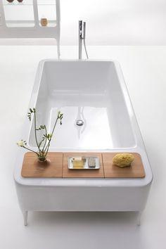 Bañera blanca serie Organico, fabricada en metacrilato, con estructura externa en madera barnizada, color blanco brillo diseñada por Jaime Hayon para Bisazza Bagno