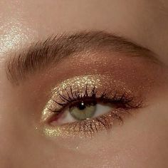 golden glam goldener Zauber hacks for teens girl should know acne eyeliner for hair makeup skincare Gold Eye Makeup, Glowy Makeup, Cute Makeup, Smokey Eye Makeup, Pretty Makeup, Eyeshadow Makeup, Natural Makeup, Glitter Makeup, Easy Makeup