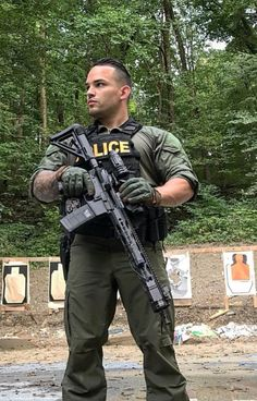 Hot guys pictures every day! Only the most attractive men, cute boys and fit jocks. You're all invited for some much needed daily male eye-candy. Army Police, Police Cops, Police Life, Police Uniforms, Police Officer, Sexy Military Men, Army Men, Hot Cops, Cop Uniform