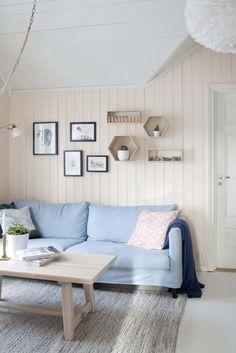 Keltainen talo rannalla: Väriä, rustiikkia ja vintagea Entryway Bench, Pink Roses, Cosy, Cottage, Shelves, Living Room, Bedroom, Retro, Furniture