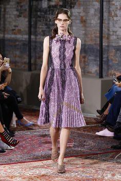 Défilé Gucci croisière 2016, robe romantique en dentelle, violet