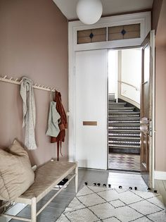 Dit appartement heeft een roze gang – en nu willen wij het ook This apartment has a pink hallway – and now we want it too – room Hallway Inspiration, Interior Inspiration, Hallway Decorating, Entryway Decor, Pink Hallway, Entry Hallway, Casa Milano, Small Entrance, Small Hallways