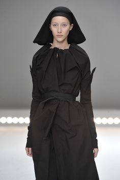 Rick Owens SS 2009 Monochrome Fashion, Minimal Fashion, I Love Fashion, Fashion Details, Fashion Design, Deconstruction Fashion, Structured Fashion, Post Apocalyptic Fashion, Summer Coats