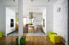 aire ouverte moderne avec cuisine blanche décorée d'accents lime